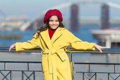 Modieus kind in Parijse baret en laag Meisje openlucht de lenteweer De herfsttendens Gelukkig meisje kid stock afbeelding