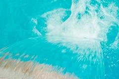 Modieus knap toegelaten zwembad op de aardachtergrond in de zomerpark royalty-vrije stock foto