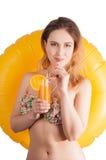 Modieus koel meisje met gele opblaasbare zwemmende ring Royalty-vrije Stock Foto