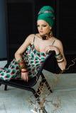 Modieus manierportret van een meisje in groene kleren royalty-vrije stock foto
