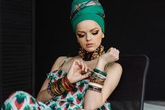 Modieus manierportret van een meisje in groene kleren stock afbeeldingen