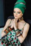 Modieus manierportret van een meisje in groene kleren stock afbeelding