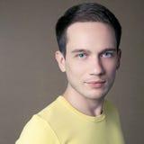 Modieus mannelijk model in het gele t-shirt glimlachen Stock Afbeelding