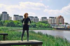 Modieus meisje bij het meer Stock Fotografie