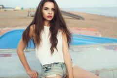 Modieus meisje bij strand Royalty-vrije Stock Afbeeldingen