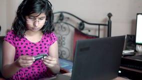Modieus meisje die online betaling verrichten winkelend op Internet die creditcard of debetkaart van portefeuille weggaan die bet stock footage