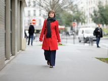 Modieus meisje die op Parijs lopen Stock Afbeelding
