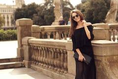 Modieus meisje die in stad lopen Stock Afbeelding