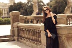 Modieus meisje die in stad lopen Royalty-vrije Stock Foto