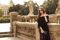 Modieus meisje die in stad lopen Royalty-vrije Stock Foto's