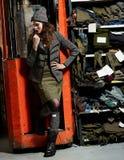 Modieus meisje en werkende machine Stock Foto's