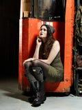 Modieus meisje en werkende machine Royalty-vrije Stock Foto's