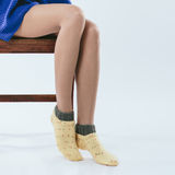 Modieus meisje in gebreide sokken royalty-vrije stock foto