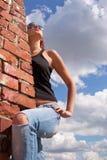Modieus meisje in jeans en zonglazen Stock Afbeelding