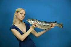Modieus meisje met grote vissen Stock Afbeelding