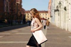 Modieus meisje met het winkelen zak Stock Foto's