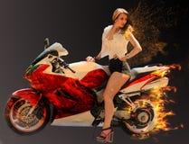 Modieus meisje op moderne rode motorfiets Royalty-vrije Stock Foto's