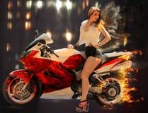 Modieus meisje op moderne rode motorfiets Stock Afbeeldingen