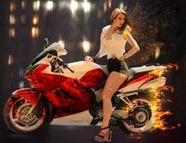 Modieus meisje op moderne rode motorfiets Royalty-vrije Stock Fotografie