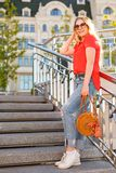 Modieus meisje in zonnebril op een straatgang Het Portret van de straatstijl Royalty-vrije Stock Foto's