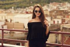 Modieus meisje in zwarte kleren Stock Afbeelding
