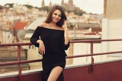 Modieus meisje in zwarte kleren Stock Fotografie