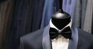 Modieus mensen` s kostuum Mensen` s jasje op een ledenpop Mensen` s Kleding Kledende opslag Het winkelen in boutiques stock videobeelden