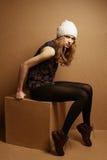 Modieus model met krullend rood haar stock fotografie