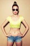 Modieus model in zonnebril stock fotografie