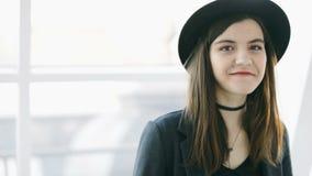 Modieus mooi jong vrouwenportret Levensstijlmanier Videolengte Het glimlachen Schoonheid stock footage