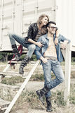 Modieus paar dat jeans en laarzen het glimlachen draagt Stock Foto