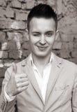 Modieus portret van een knappe jonge mens stock fotografie