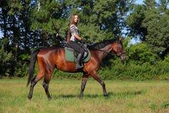 Modieus portret van een mooi jong vrouw en een paard Royalty-vrije Stock Foto
