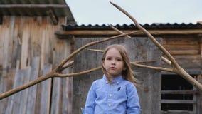 Modieus portret van het mooie kleine blonde meisje stellen stock videobeelden