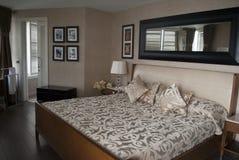 Modieus slaapgebied: slaapkamer in beige tonen stock afbeeldingen