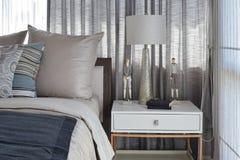 Modieus slaapkamerbinnenland met gestreepte hoofdkussens op bed en Royalty-vrije Stock Foto's