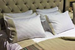 Modieus slaapkamerbinnenland met hoofdkussens op bed Royalty-vrije Stock Fotografie