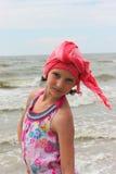 Modieus tienermeisje op het strand stock foto