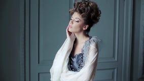 Modieus vrouwelijk portret van leuke dame in kleding binnen stock video