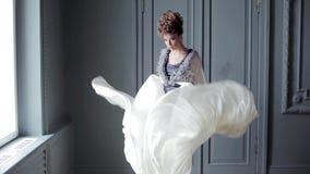 Modieus vrouwelijk portret van leuke dame in kleding binnen stock videobeelden
