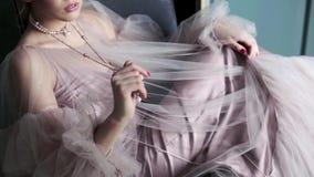 Modieus vrouwelijk portret van leuke dame in roze kleding binnen stock footage
