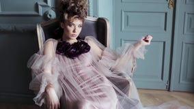Modieus vrouwelijk portret van leuke dame in roze kleding binnen stock videobeelden