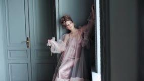 Modieus vrouwelijk portret van leuke dame in roze kleding binnen stock video