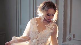 Modieus vrouwelijk portret van leuke dame in witte robe binnen stock video