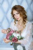 Modieus vrouwelijk portret van leuke dame in witte robe binnen Royalty-vrije Stock Foto