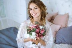 Modieus vrouwelijk portret van leuke dame in witte robe binnen Royalty-vrije Stock Afbeelding