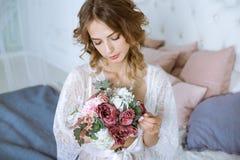 Modieus vrouwelijk portret van leuke dame in witte robe binnen Stock Fotografie