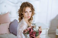 Modieus vrouwelijk portret van leuke dame in witte robe binnen Stock Afbeelding