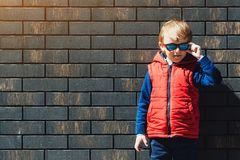 Modieus weinig jongen in rood jasje in openlucht stock fotografie