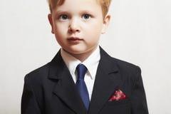 Modieus weinig jongen in suite.business kid.children.manager stock fotografie